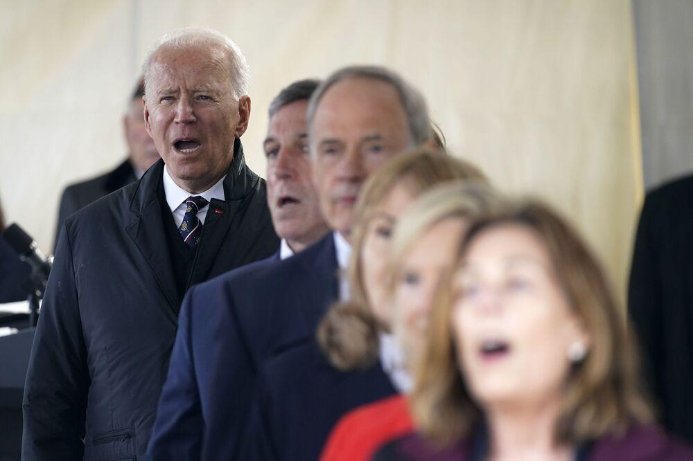 Presidente dos EUA canta Deus abençoe a América no Dia da Memória no Veterans Memorial Park, nos EUA