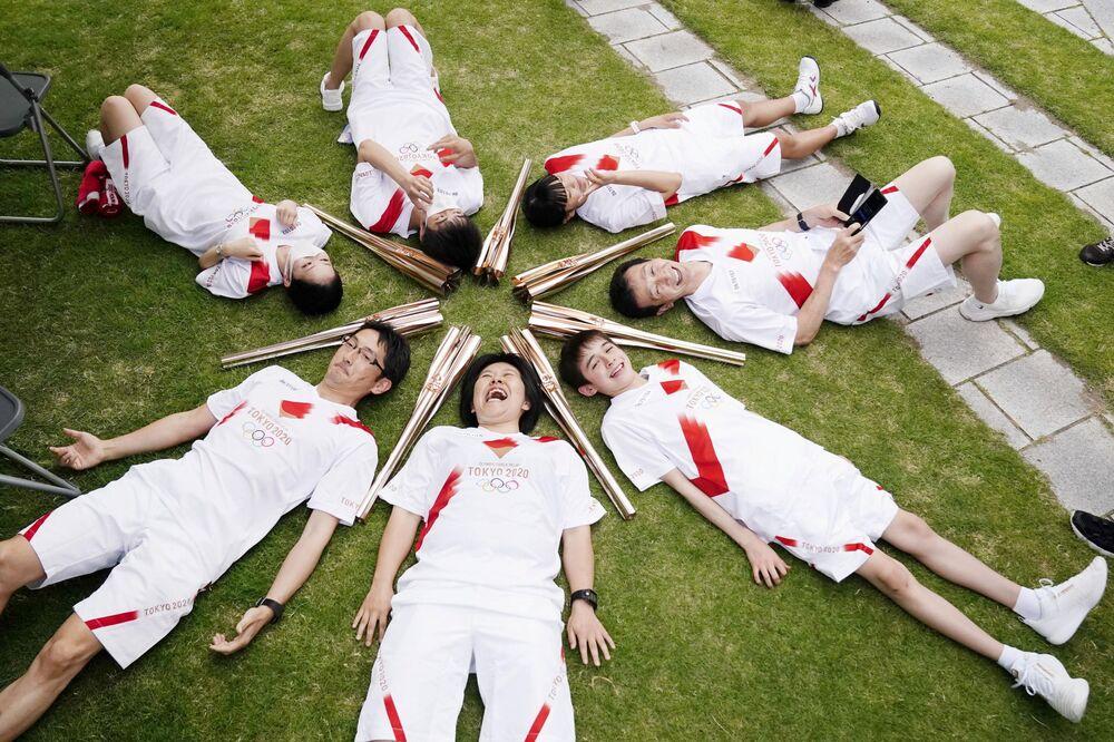 Participantes da estafeta da tocha olímpica em Toyama, no Japão