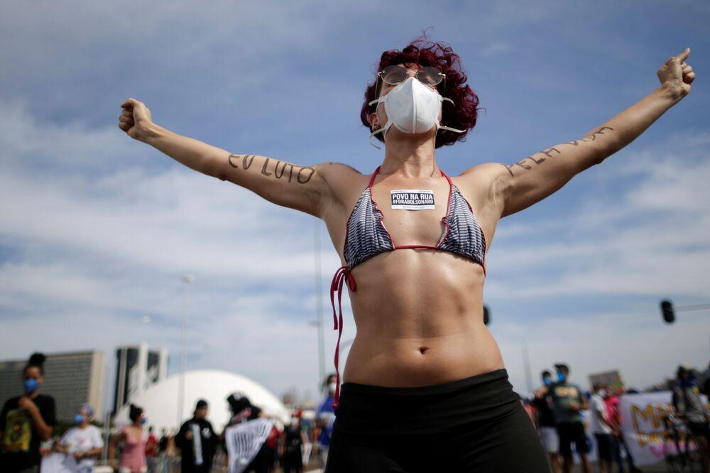 Participante de um protesto antigovernamental em Brasília