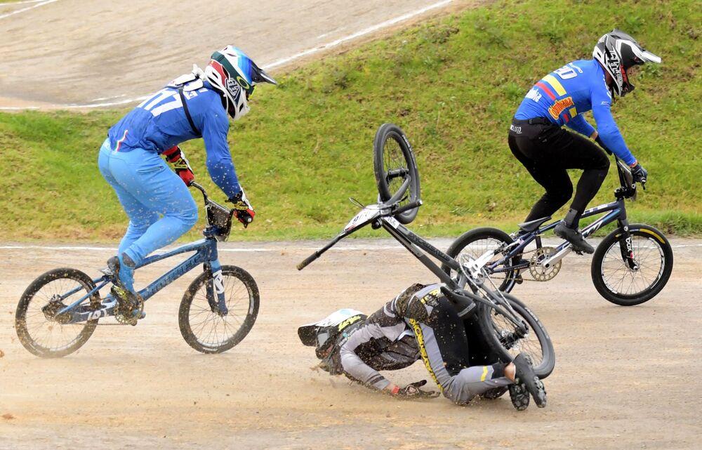 Atleta letão Kristens Krigers durante queda na final da Copa do Mundo de Supercross BMX em Bogotá, Colômbia