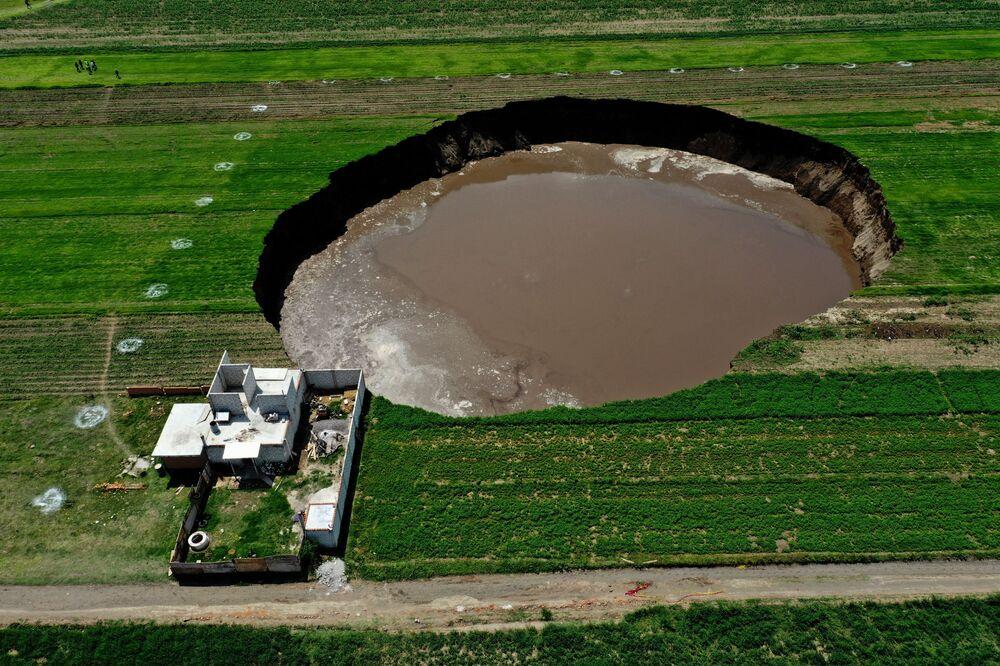 Vista aérea de um buraco gigantesco descoberto em um campo em Santa Maria Zacatepec, no México