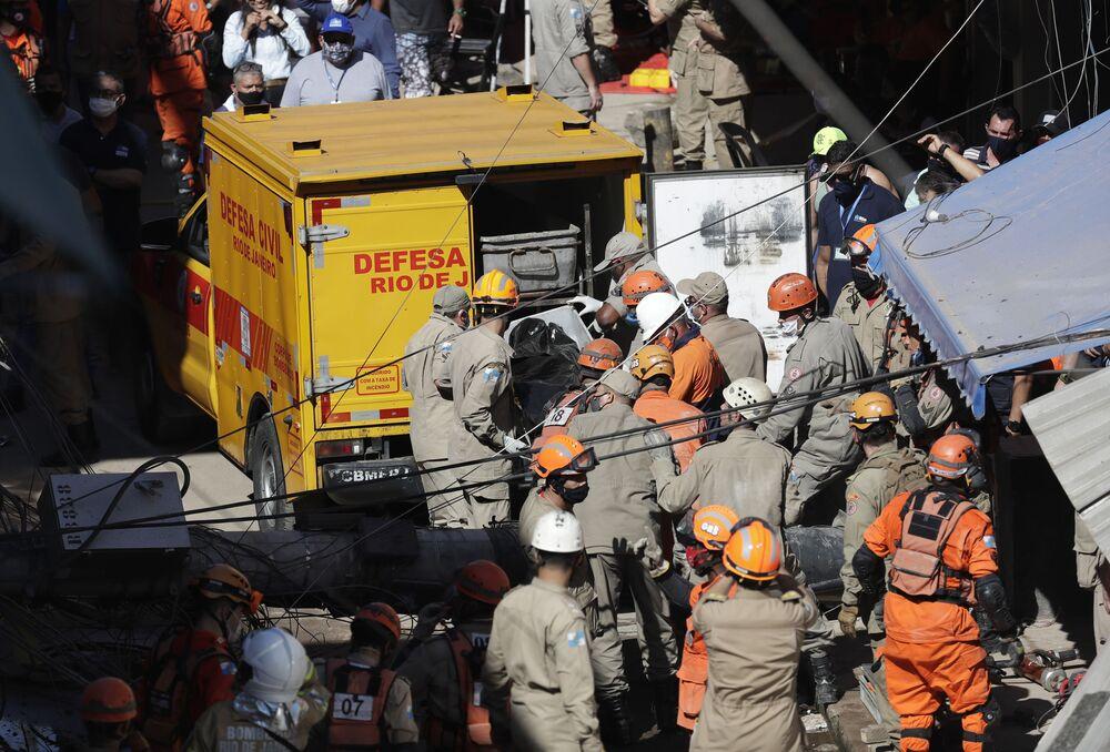 Bombeiros no local de desabamento do prédio em Rio das Pedras que deixou dois mortos e quatro feridos, 3 de junho de 2021