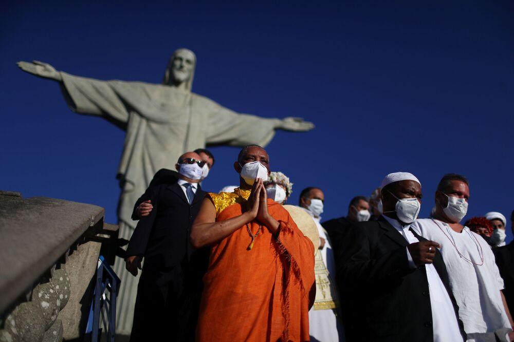 Representantes de diferentes religiões posam para foto na frente do Cristo Redentor no feriado de Corpus Christi, 3 de junho de 2021