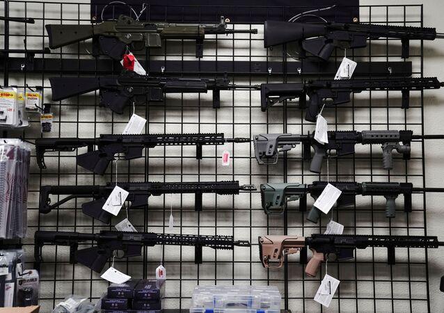 Fuzis do estilo AR-15 são exibidos em uma loja de armas em Oceanside, Califórnia (foto de arquivo)