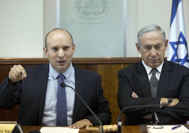 O primeiro-ministro israelense Benjamin Netanyahu, à direita, senta-se com o então ministro da Educação israelense, Naftali Bennett, durante a reunião de gabinete semanal em Jerusalém, 30 de agosto de 2016