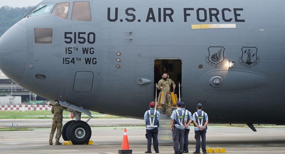 Senadores dos EUA Tammy Duckworth, Chris Coons e Dan Sullivan aterrissam em Taipé em avião da Força Aérea C-17 Globemaster III