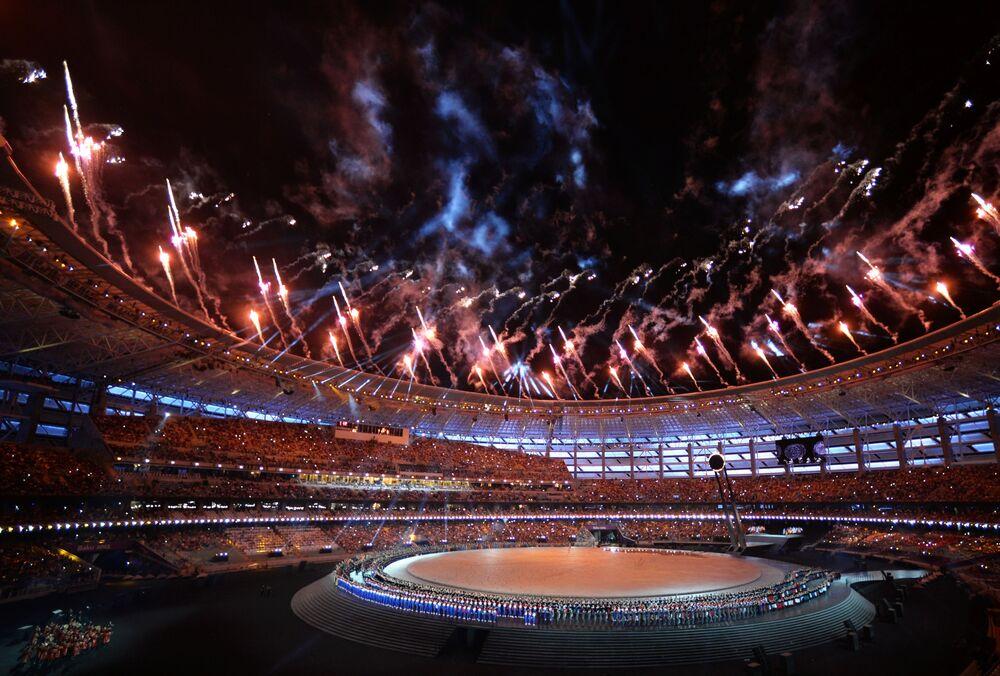 Fogo de artifício sobre o Estádio Olímpico de Baku durante a cerimônia de abertura dos Jogos Europeus em 2015, Azerbaijão