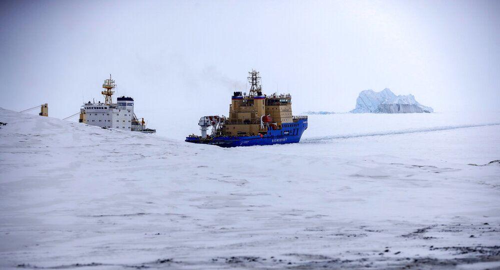 Quebra-gelo abre caminho para um navio de carga perto de Nagurskoe, Rússia, 17 de maio de 2021