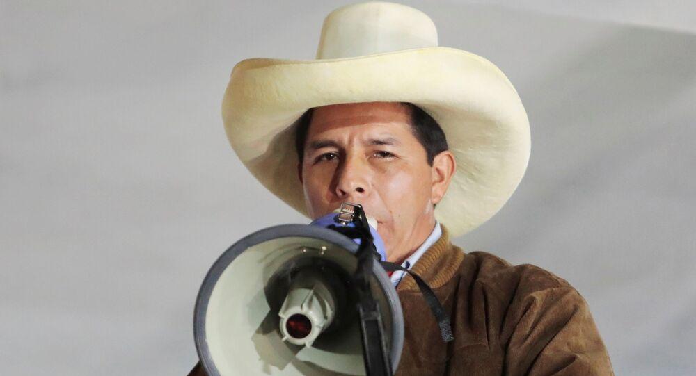 Candidato presidencial do Peru, Pedro Castillo, fala a simpatizantes, em Tacabamba, Peru, 6 de junho de 2021