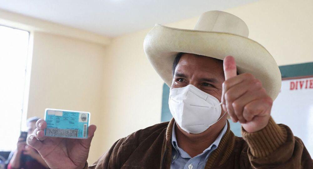 Pedro Castillo mostra sua carteira de identidade após votar em Tacabamba, Cajamarca, Peru, em 6 de junho de 2021