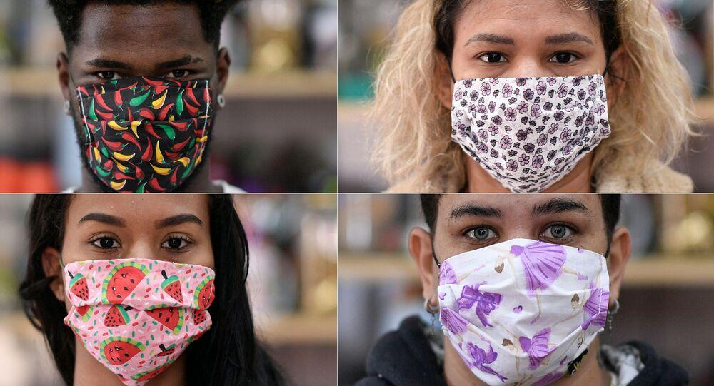 Jovens usam máscaras feitas por costureiras da favela Vila Novo São Lucas, em Belo Horizonte, Brasil. Foto de arquivo