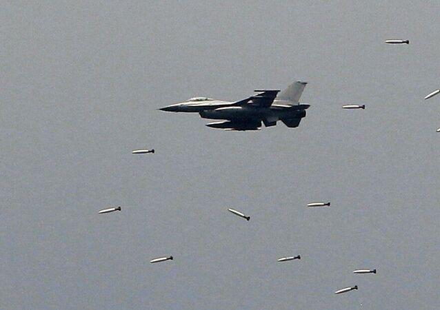 Caça KF-16 das Forças Aéreas da Coreia do Sul lança bombas durante exercícios militares em Pocheon, Coreia do Sul. Foto de Arquivo