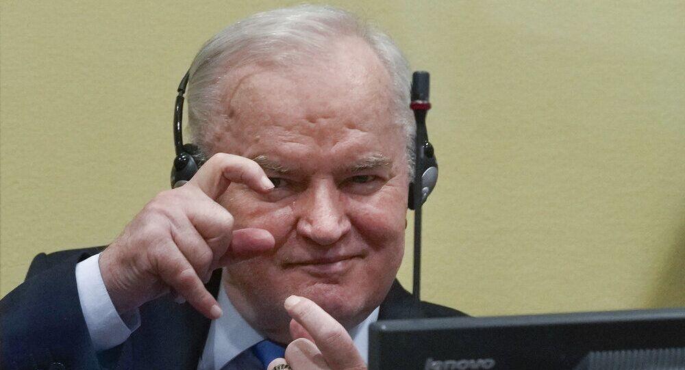 Ex-líder militar sérvio da Bósnia Ratko Mladic sentado na sala do tribunal em Haia, Holanda, terça-feira, 8 de junho de 2021