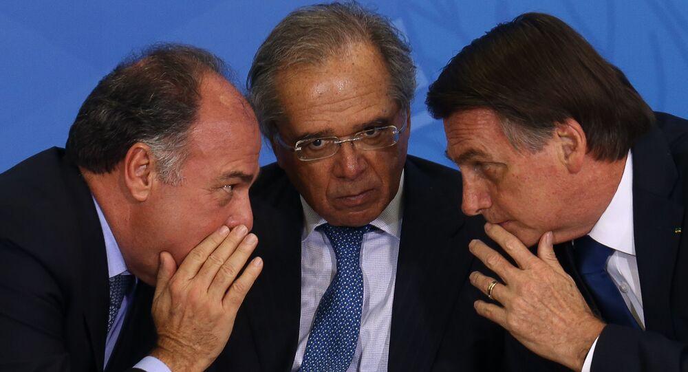 O senador Fernando Bezerra, o ministro da Economia, Paulo Guedes, e o presidente, Jair Bolsonaro, durante cerimônia de assinatura do decreto da Política Nacional de Desenvolvimento Regional e Entrega Oficial dos Planos Regionais da Amazônia, do Nordeste e do Centro-Oeste, no Palácio do Planalto, em Brasília, 30 de maio de 2019