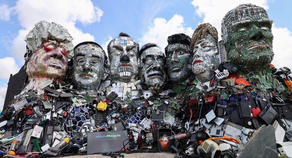 Instalação Monte Reciclar Mais que retrata os líderes do G7 feita de lixo eletrônico pelos artistas Joe Rush e Alex Wreckage, na véspera da cúpula do grupo, Cornualha, Reino Unido, 8 de junho de 2021