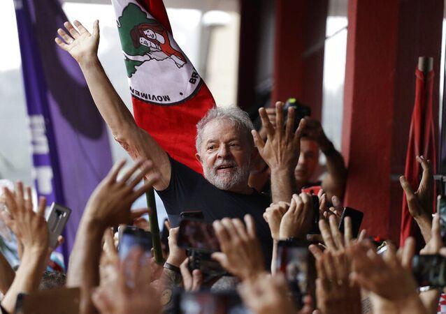 O ex-presidente Luiz Inácio Lula da Silva do Brasil é carregado por simpatizantes em frente à sede do sindicato dos metalúrgicos em São Bernardo do Campo, Brasil, no sábado, 9 de novembro de 2019