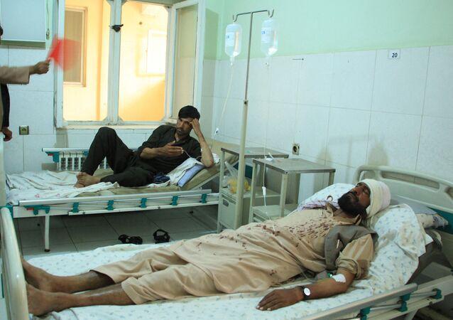 Pessoas feridas em hospital após ataque no Afeganistão, que matou dez pessoas de instituição de caridade no país, a HALO Trust, em 9 de junho de 2021