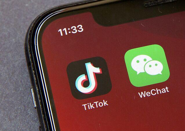 Ícones dos aplicativos TikTok e WeChat na tela de um smartphone em Pequim, China. Foto de arquivo