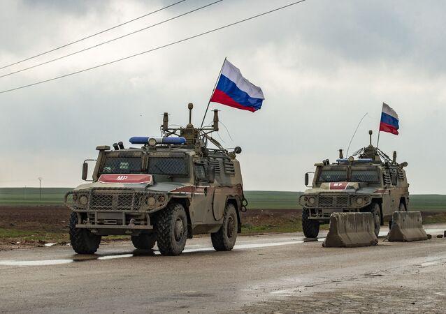 Veículos da polícia militar russa patrulham a rodovia M4 na província de Al-Hasakah no nordeste da Síria, na fronteira com a Turquia. Foto de arquivo