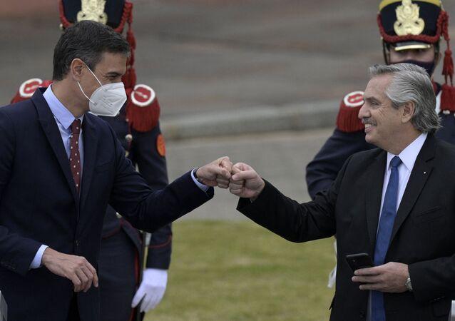 Primeiro-ministro da Espanha, Pedro Sanchez (E) e o presidente da Argentina, Alberto Fernandez (D) durante entrevista coletiva em frente à Casa Rosada em Buenos Aires em 9 de junho de 2021