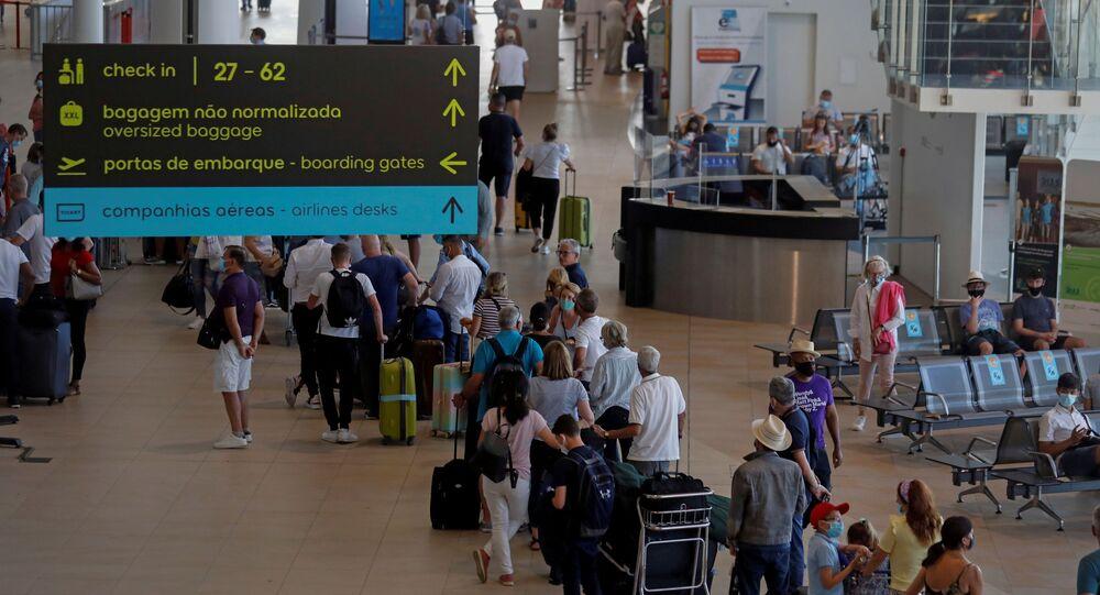Turistas fazem fila no  Aeroporto de Faro após o Reino Unido anunciar a retirada de Portugal da lista verde, em 6 de junho de 2021