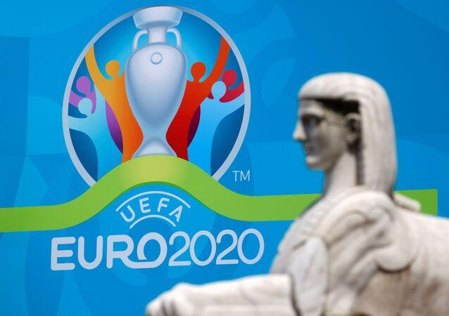 Logo da UEFA EURO 2020 ao lado de uma estátua na Praça do Povo em Roma, Itália, nas vésperas do início do campeonato, 7 de junho de 2021
