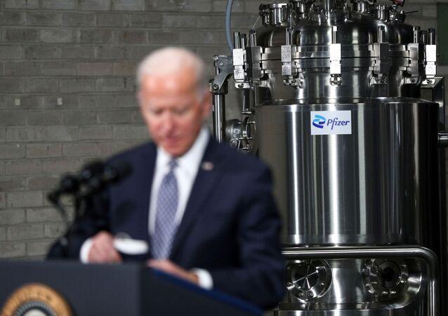 Presidente dos EUA, Joe Biden, discursa durante visita à fábrica de vacinas contra o coronavírus da farmacêutica Pfizer em Kalamazoo, Michigan, 19 de fevereiro de 2021 (foto de arquivo)