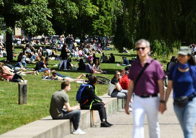 Pessoas passeando no parque James Simon, em meio à pandemia do novo coronavírus (SARS-CoV-2), em Berlim, Alemanha, 30 de maio de 2021