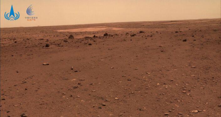 Foto da superfície de Marte registrada pelo rover chinês Zhurong