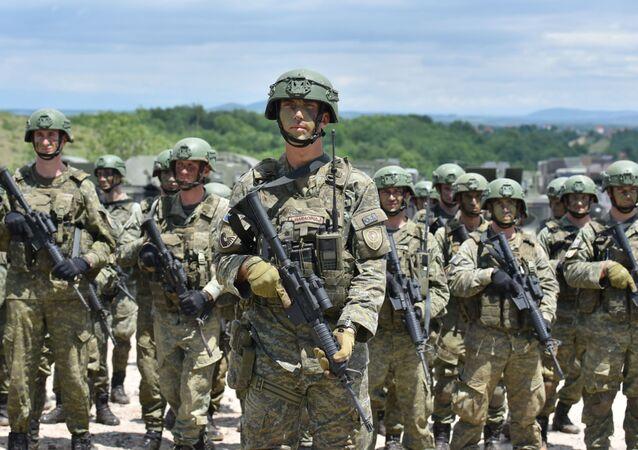 Soldados da Força de Segurança de Kosovo alinhados durante o exercício militar Defensor da Europa (Defender Europe) da OTAN, na aldeia Deve perto de Gjakova, Kosovo, 28 de maio de 2021