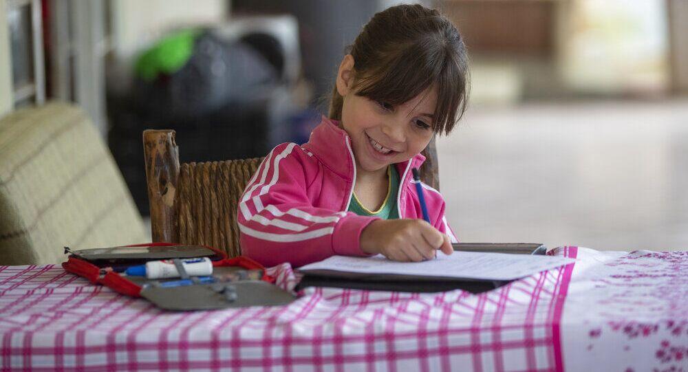 Gisele, 8 anos, faz o dever de casa na zona rural de São José dos Campos, Brasil, 14 de julho de 2020