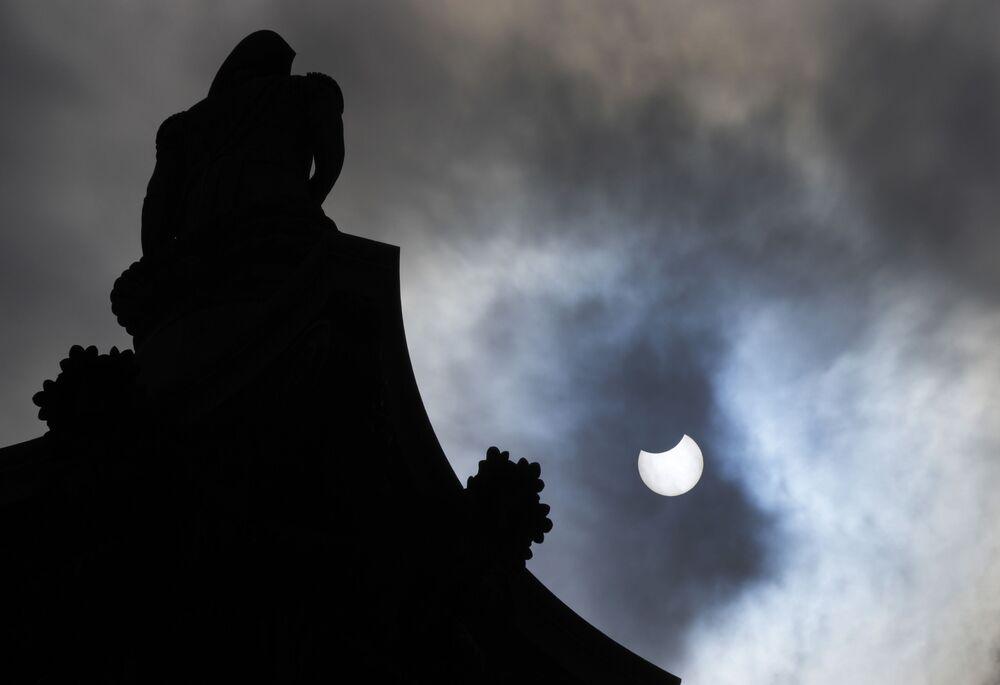 Eclipse parcial do Sol por atrás da coluna de Nelson na praça Trafalgar, Londres, Reino Unido, 10 de junho de 2021