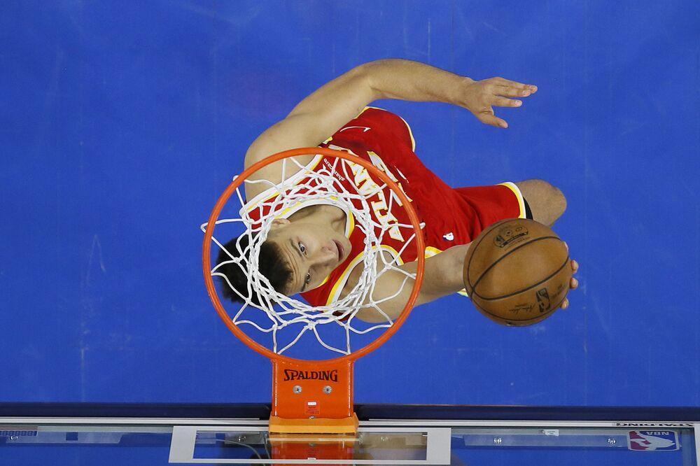 Bogdan Bogdanovic, do clube de basquetebol Atlanta Hawks, sobe para um chute durante jogo de playoff da associação de basquetebol NBA contra o clube Filadélfia 76ers, em Filadélfia, Pensilvânia, EUA, 8 de junho de 2021