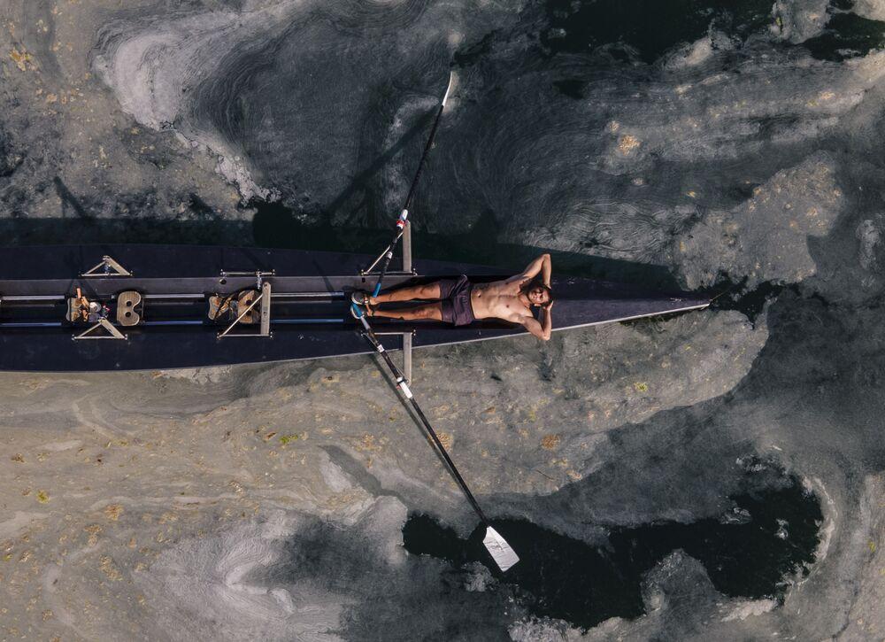 Homem relaxa em uma canoa na costa asiática de Istambul, Turquia, 8 de junho de 2021