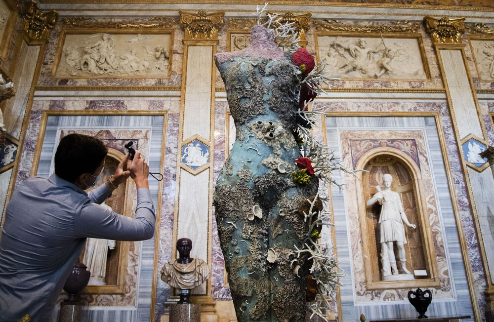 Visitante tira fotos de esculturas do artista britânico Damien Hirst, parte da exposição Archaeology Now na Galeria Borghese, em Roma, Itália, 7 de junho de 2021