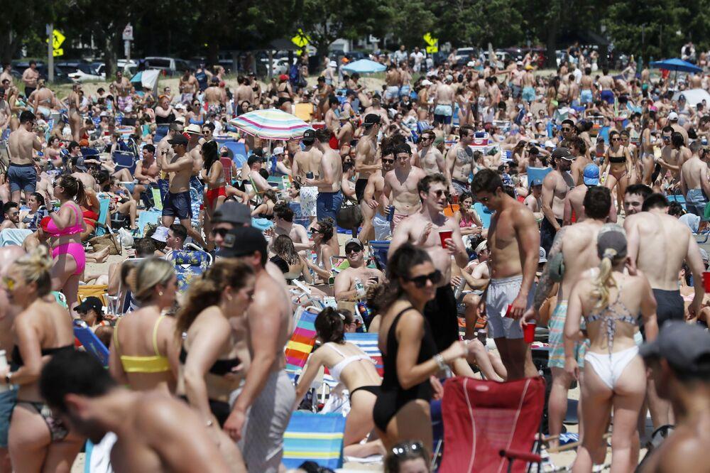 Multidão em praia urbana de South Boston, Massachussets, EUA, 5 de junho de 2021