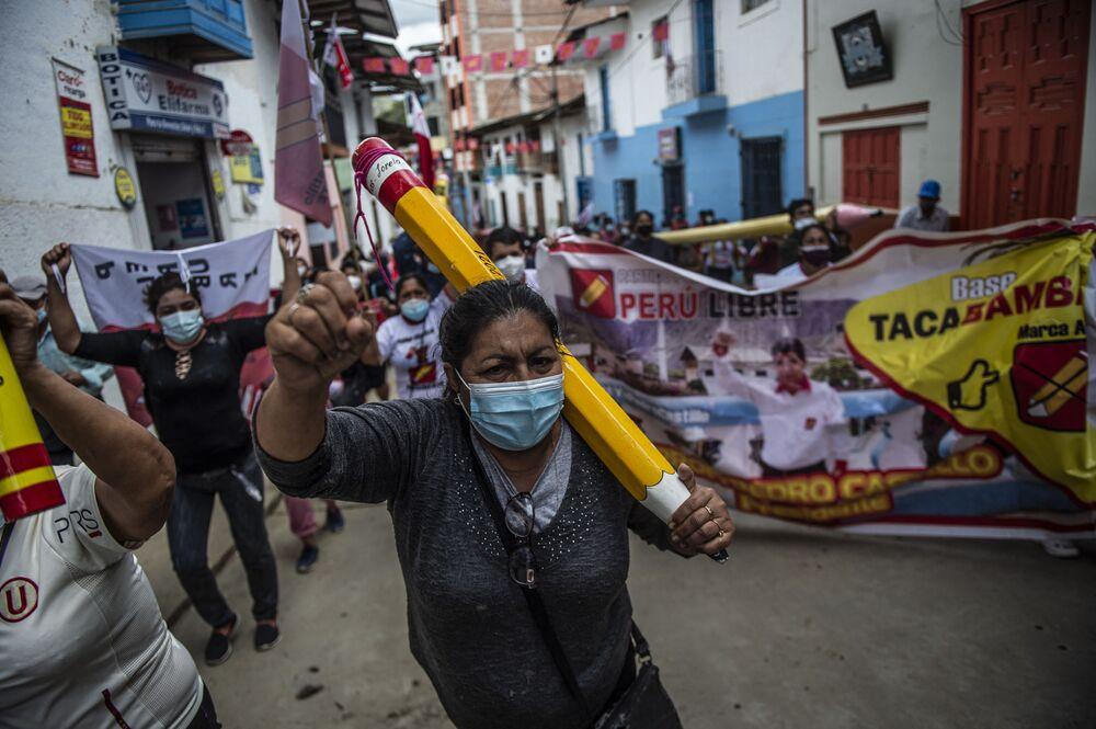 Apoiadores de Pedro Castillo, candidato presidencial peruano de esquerda do partido Peru Livre, desfilam em Tacabamba, região de Cajamarca, Peru, 7 de junho de 2021