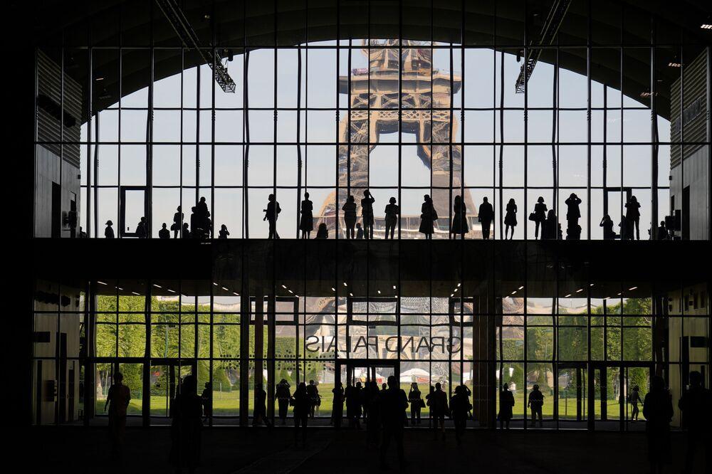 Visitantes na apresentação do Grande Palácio Efémero, com a Torre Eiffel do lado de fora, em Paris, França, 9 de junho de 2021