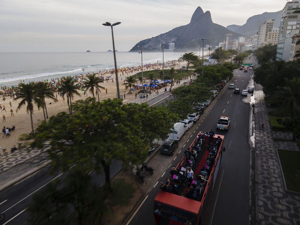 Músicos da Orquestra Mare tocam em caminhão durante turnê da Caravana da Esperança na praia de Ipanema, Rio de Janeiro, Brasil, 6 de junho de 2021