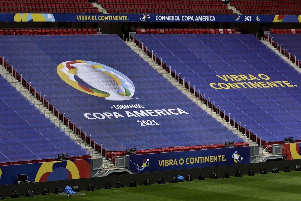 Funcionários preparam o Estádio Nacional, que sediará o jogo de abertura, em 13 de junho, do torneio de futebol da Copa América em Brasília, Brasil, 11 de junho de 2021