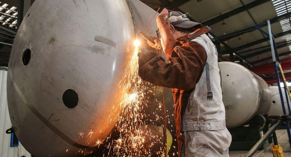 Trabalhador soldando tanques de armazenamento de gás natural liquefeito na China