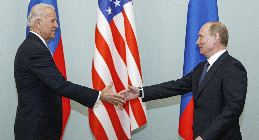 O então vice-presidente Joe Biden, à esquerda, aperta a mão do então primeiro-ministro russo, Vladimir Putin, em Moscou, Rússia, em  10 de março de 2011