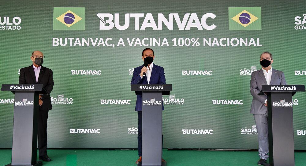 Diretor do Instituto Butantan, Dimas Covas (E), governador de São Paulo, João Doria (C), e o secretário da Saúde do Estado, Jean Gorinchteyn (D), apresentam a vacina Butanvac contra a COVID-19, no Instituto Butantan, em São Paulo, Brasil. Foto de arquivo