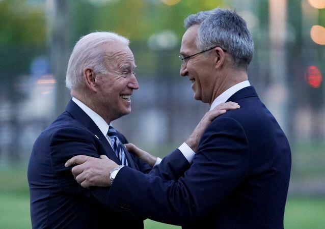 O presidente dos EUA, Joe Biden, e o secretário-geral da OTAN, Jens Stoltenberg, conversam após a cúpula da OTAN em Bruxelas, Bélgica, em 14 de junho de 2021