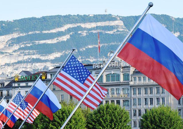 Bandeiras da Rússia e EUA em Genebra antes da cúpula entre Vladimir Putin e Joe Biden, 16 de junho de 2021