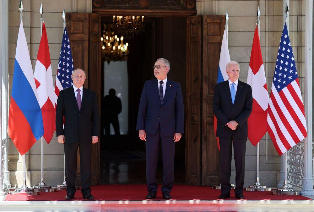 Vladimir Putin, presidente da Rússia (à esquerda), Guy Parmelin, presidente da Confederação Suíça (ao centro), e Joe Biden, presidente dos EUA (à direita), antes da cúpula Rússia-EUA na Villa la Grange em Genebra, Suíça, 16 de junho de 2021