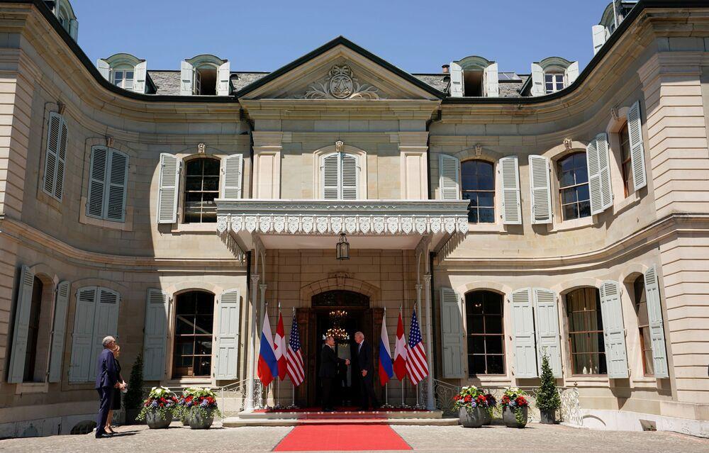 Vladimir Putin, presidente da Rússia, e Joe Biden, seu homólogo dos EUA, apertam as mãos antes da cúpula Rússia-EUA na Villa la Grange em Genebra, Suíça, 16 de junho de 2021