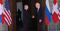 Vladimir Putin, presidente da Rússia, à esquerda, e Joe Biden, presidente dos EUA, se cumprimentam antes de sua reunião na Villa la Grange em Genebra, Suíça, 16 de junho de 2021