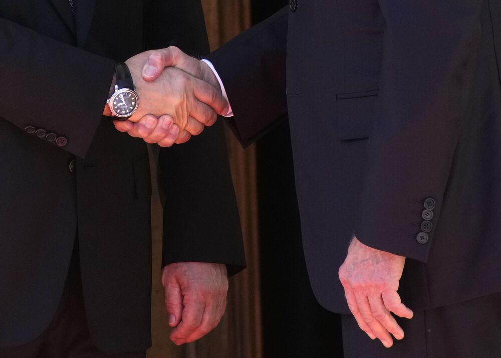 Vladimir Putin, presidente da Rússia, à esquerda, aperta a mão a Joe Biden, presidente dos EUA, antes de sua reunião na Villa la Grange em Genebra, Suíça, 16 de junho de 2021