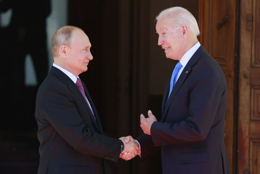 Vladimir Putin, presidente da Rússia, à esquerda, aperta a mão de Joe Biden, presidente dos EUA, antes de sua reunião na Villa la Grange em Genebra, Suíça, 16 de junho de 2021